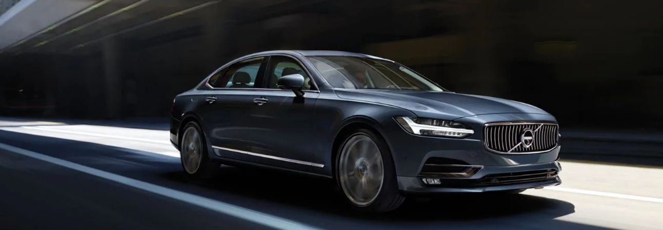 2020 volvo s90 driving through the city